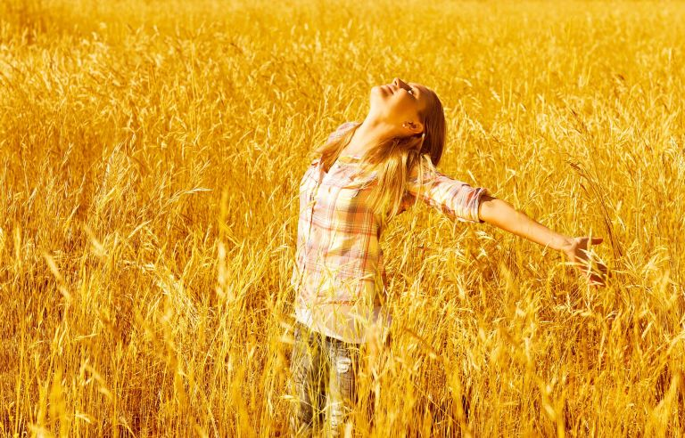 woman-praising-God-in-the-wheat-field